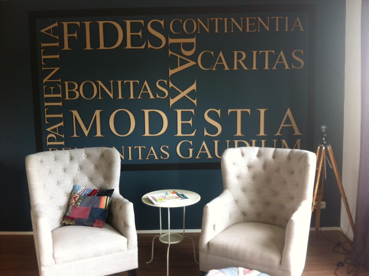 tekst op muur met letters