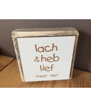 Steigerhouten tekstbordje 'lach en heb lief, meer niet'