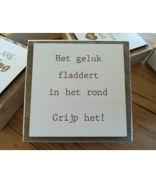 Steigerhouten tekstbordje met de tekst  'Het geluk fladdert in het rond Grijp het!'