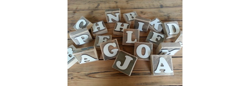 Houten plankjes met letter